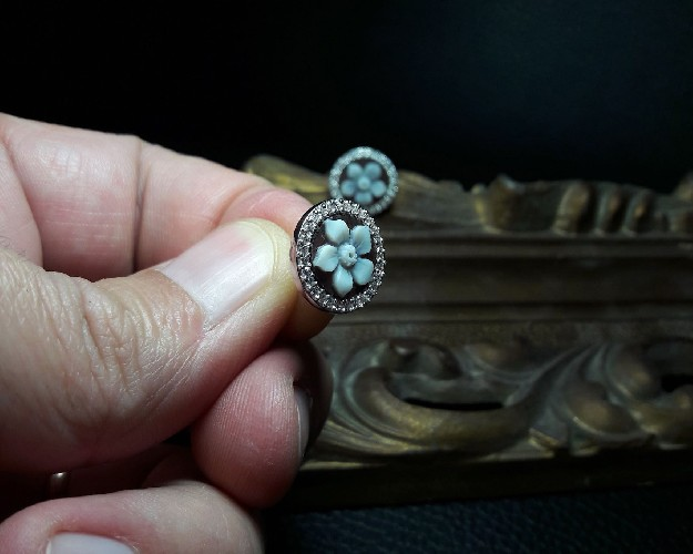 Earrings with cameo flower